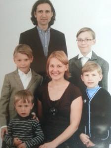 Neringa-Raimundas-Nojus-Tomas-Dovydas-ir-Lukas-Pilkai-375x500